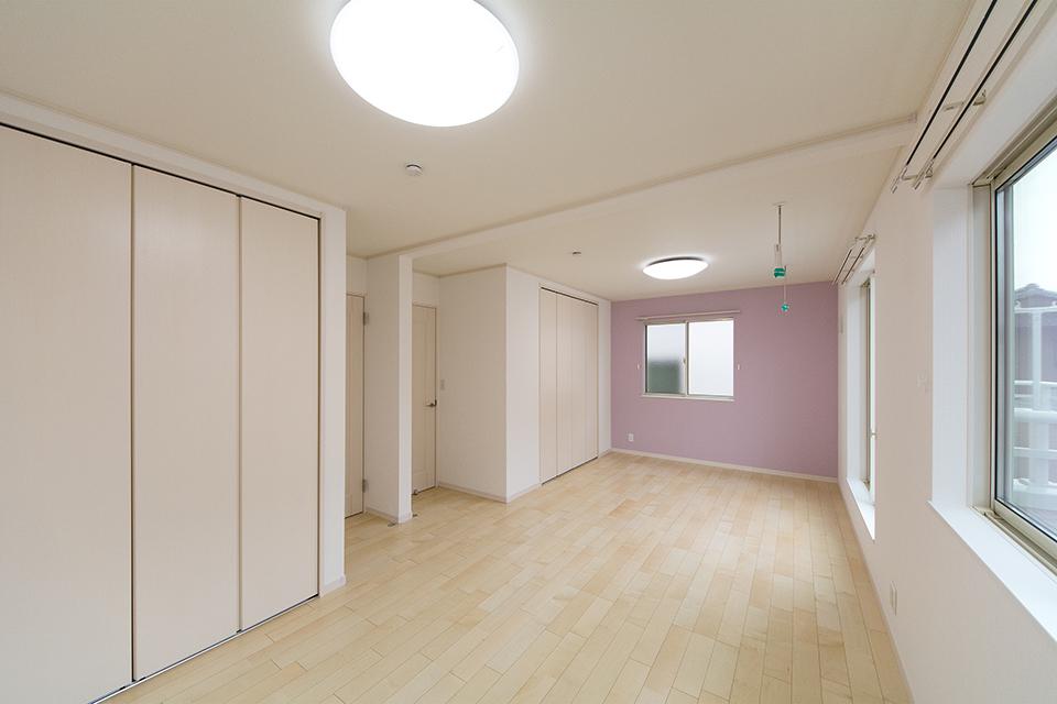 リビング同様ナチュラルな雰囲気の2階洋室。アクセントクロスが爽やかな印象をプラス。