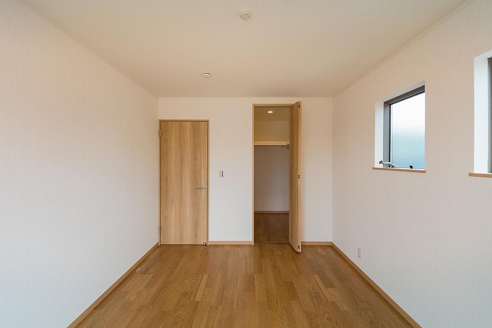ウォークインクローゼットをしつらえた主寝室。ブラックチェリーのフローリングがナチュラルな空間を演出します。