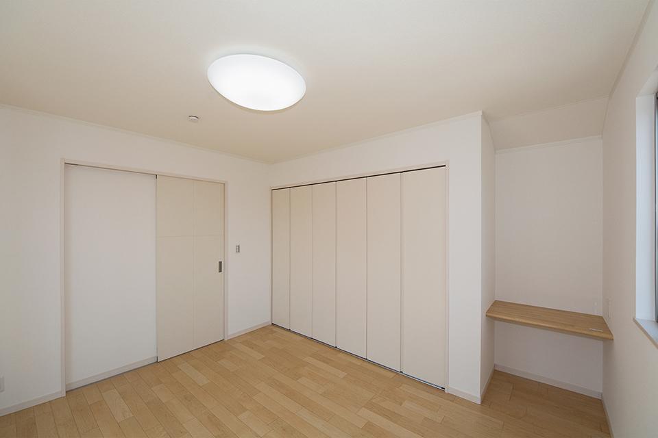 カウンターを設えた2階主寝室。ハードメープルのフローリングが優しくてナチュラルな空間を演出します。
