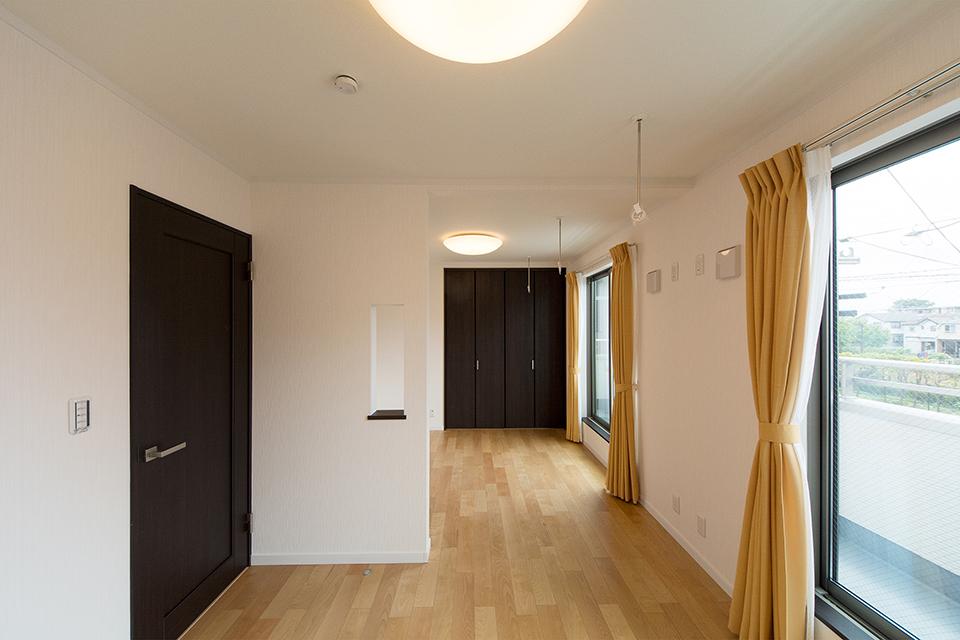 2階洋室。バーチのフローリングとダークブラウンの建具がナチュラルな空間を演出。