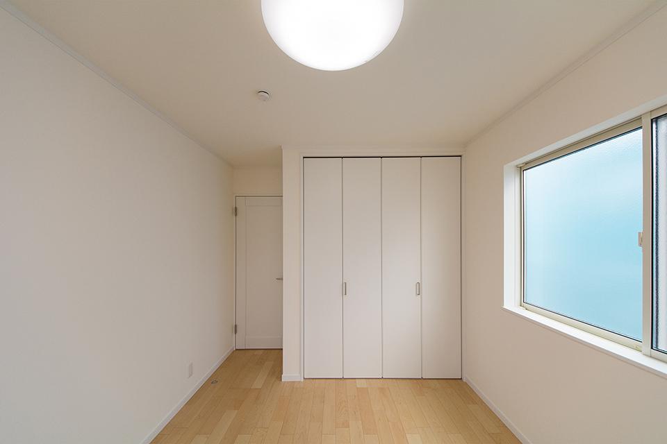 2階洋室。リビング同様のナチュラルな配色。