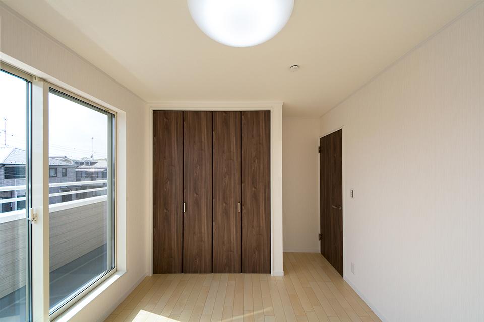 2階洋室。リビング同様ナチュラルな雰囲気。