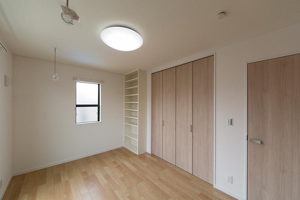 2階洋室。バーチのフローリングとラテオークの建具がナチュラルな空間を演出。