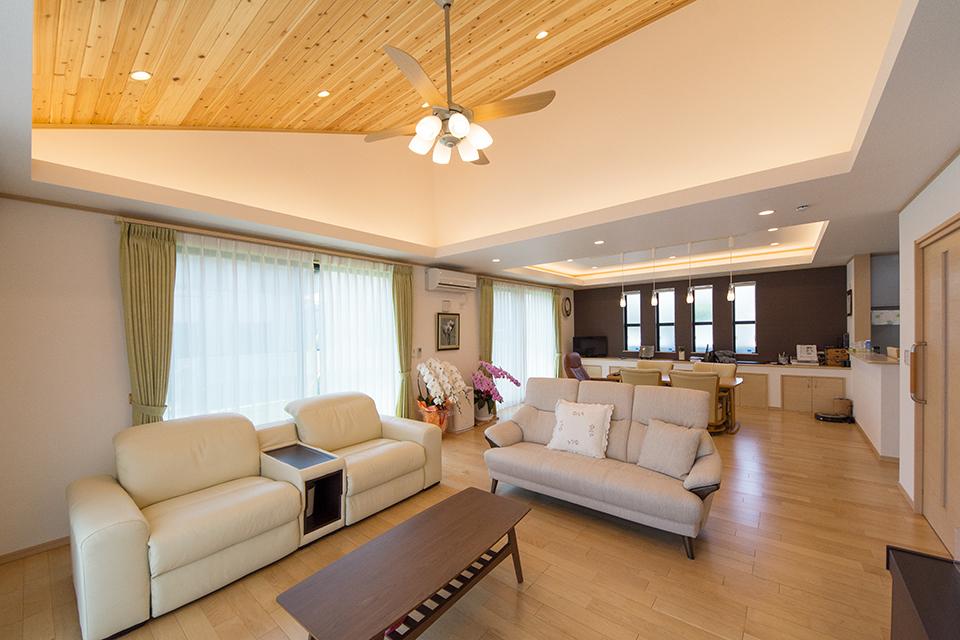 開放感のある空間を演出する勾配天井。