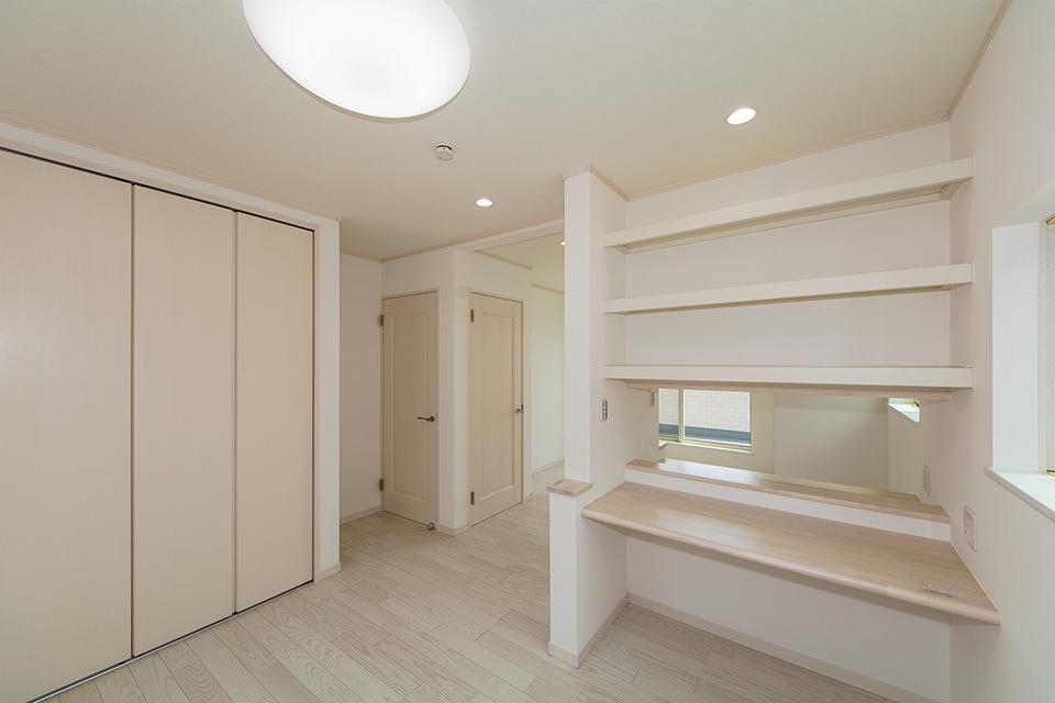 お子様の成長に合わせて、2部屋に出来る2ドア1ルームの2階洋室。本棚付きスタディカウンターをしつらえました。
