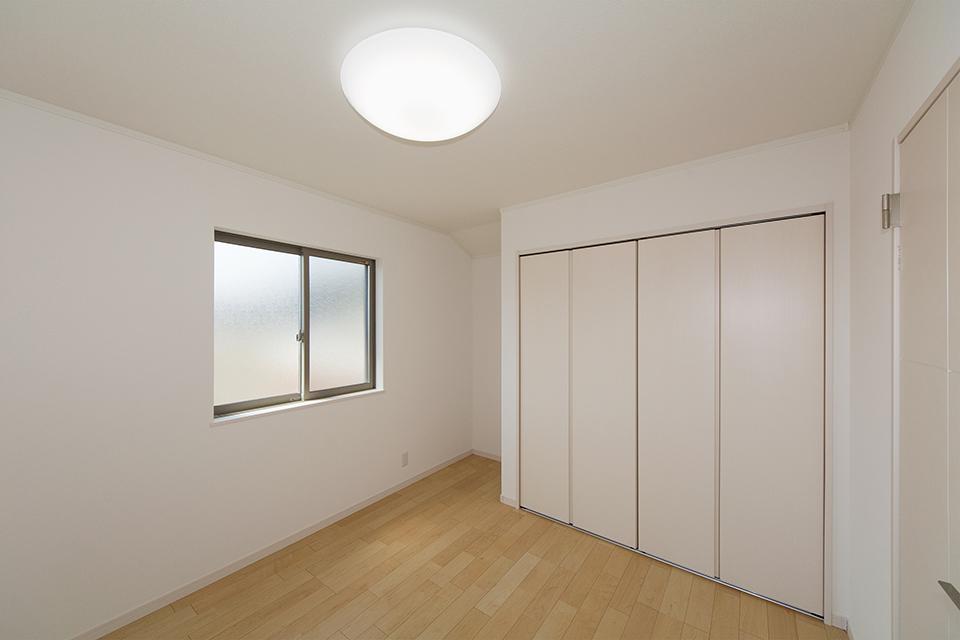 2階洋室。ハードメープルのフローリングが優しくてナチュラルな空間を演出します。