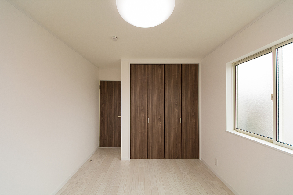 2階洋室。ホワイトアッシュのフローリングが優しくナチュラルな空間を演出します。