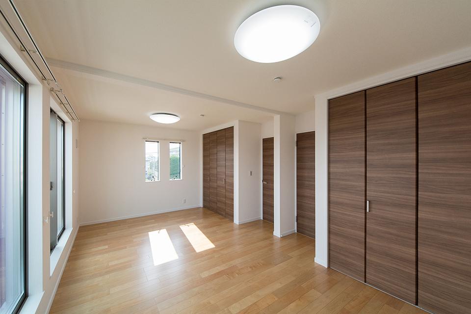2階洋室。バーチのフローリングとブラウンの建具がナチュラルな空間を演出します。