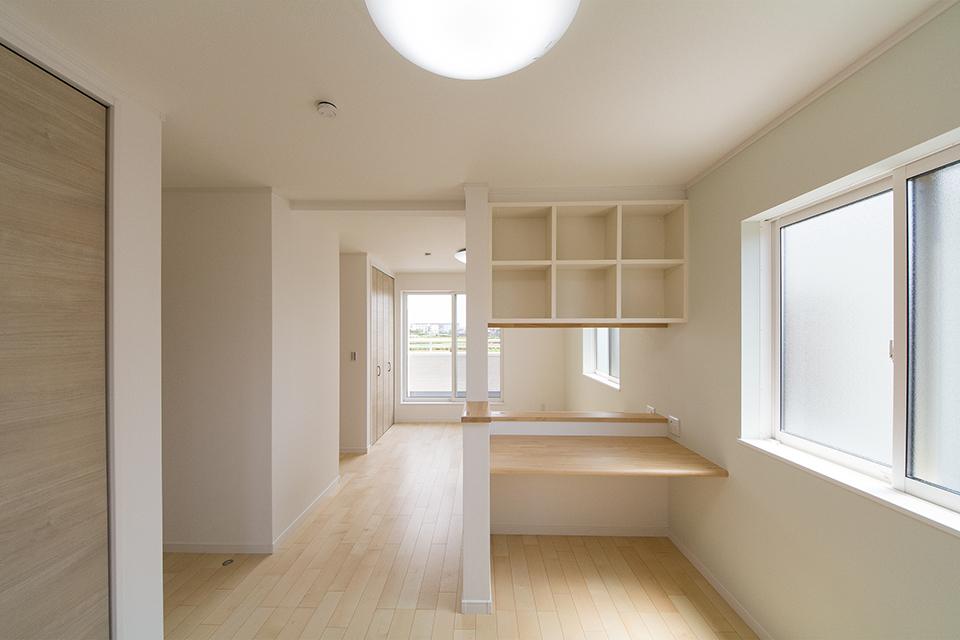 2階洋室。リビング同様ナチュラルな雰囲気で心地良い空間に。