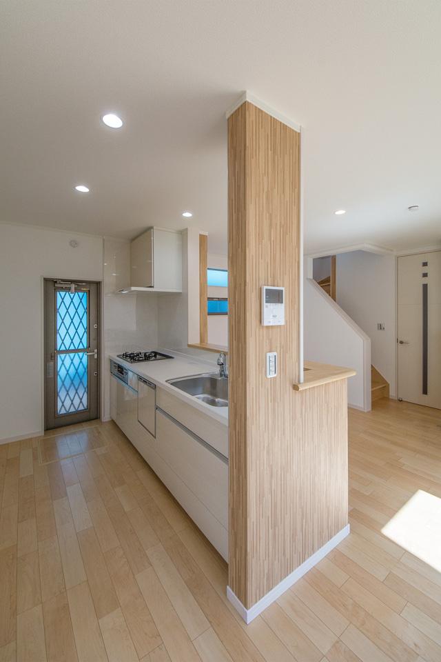 白を基調とした清潔感のあるキッチンスペース。カウンター周囲のアクセントクロスがナチュラルな雰囲気を演出。