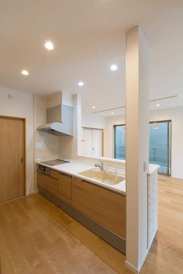白を基調とした清潔感あるキッチン。ライトオークのキッチン扉がナチュラルな雰囲気を演出。