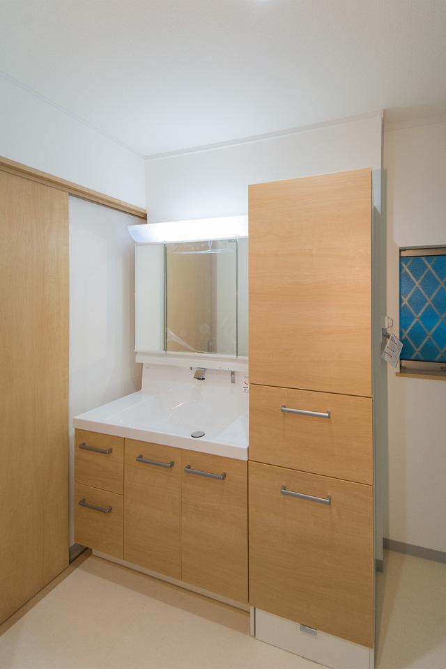 ブラウンの洗面化粧台がナチュラルな雰囲気の空間を演出。