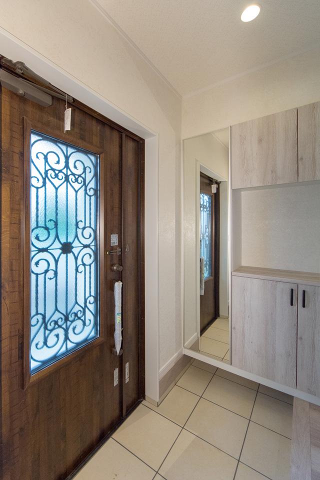 自然光がたっぷりと差し込む、明るく開放感のある玄関。