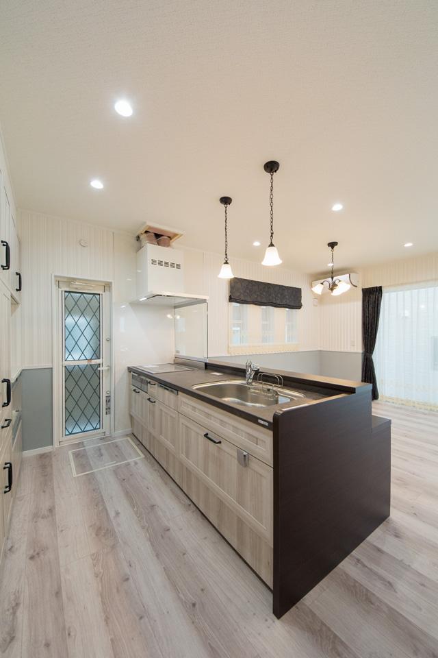 ホワイトオークのキッチン扉がナチュラルな雰囲気を演出。