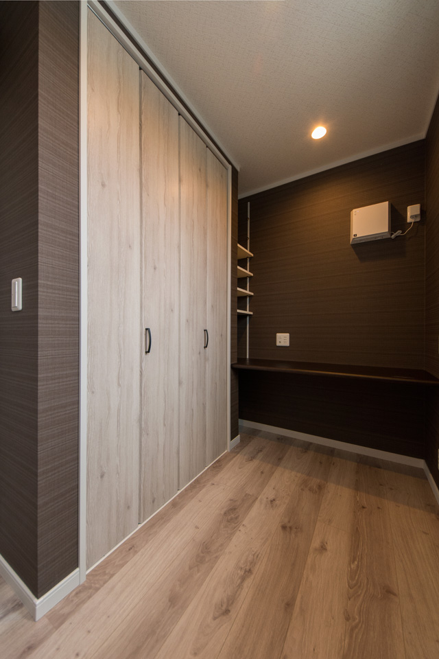 2階書斎/ダークブラウンのアクセントクロスがスタイリッシュな空間を演出。
