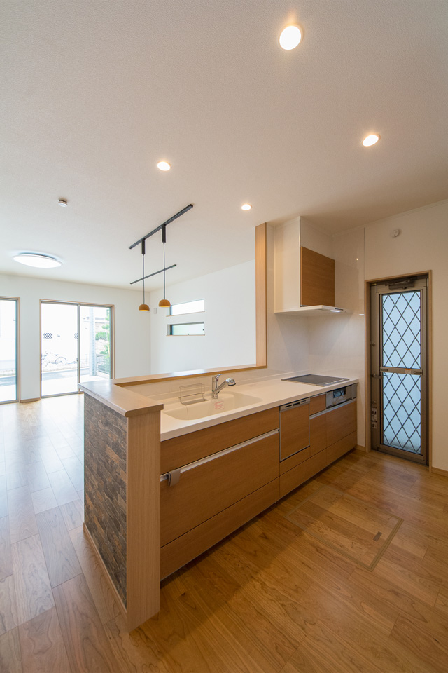 キッチン背面にはキッチンと同じ配色のカップボードを設置。