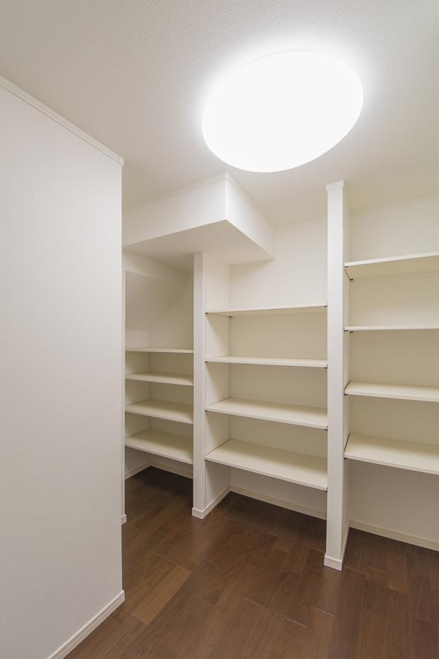 1階家族共有のファミリークローゼット。廊下とリビングの両方から出入りが出来てとても便利。
