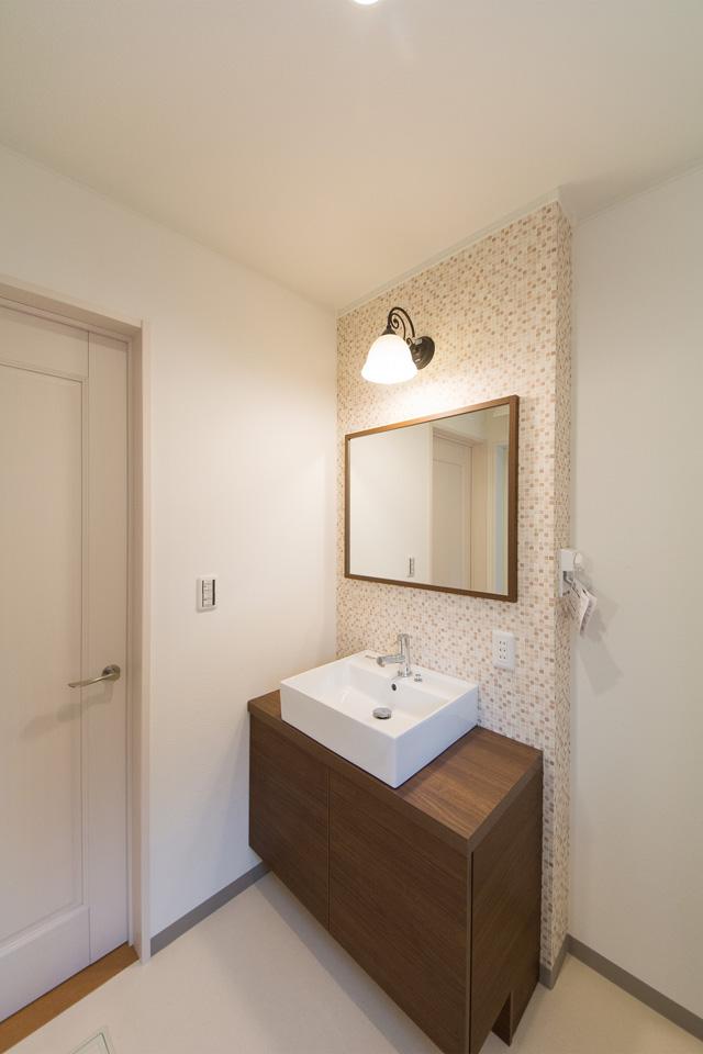 表情豊かな外壁のタイルが、おしゃれな空間を演出。