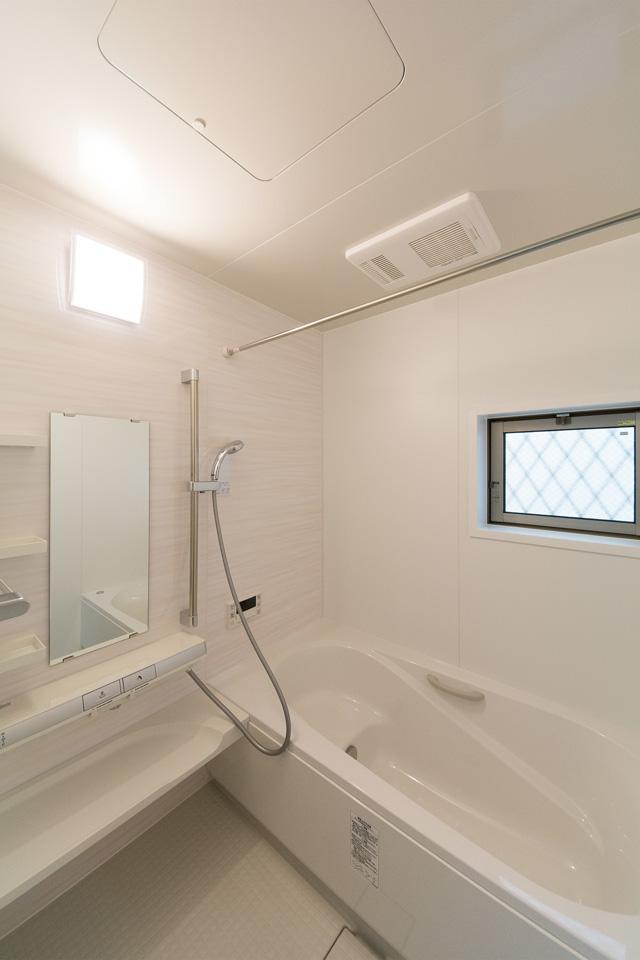 白を基調とした清潔感のあるバスルーム。