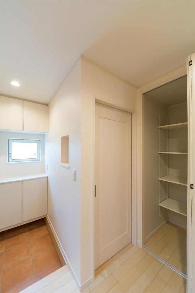 玄関に設置されたニッチカウンター。小物などをおしゃれにディスプレイできます。