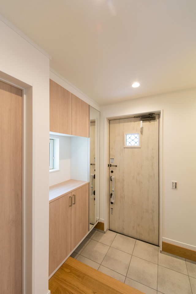 ナチュラルな雰囲気を演出するエクリュアイボリーの玄関ドア。