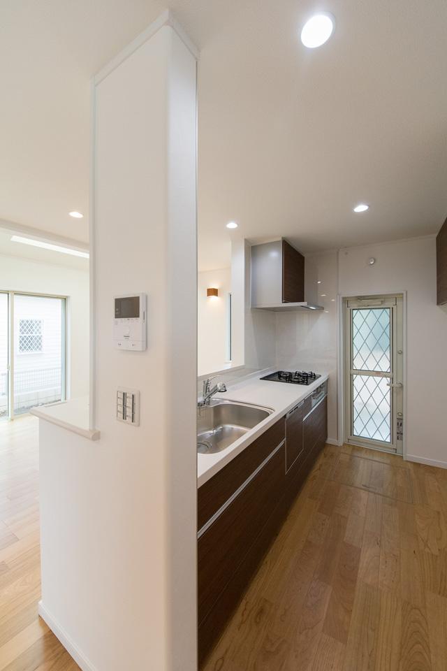 白を基調とした清潔感あるキッチン。クリエモカのキッチン扉がナチュラルな雰囲気を演出。