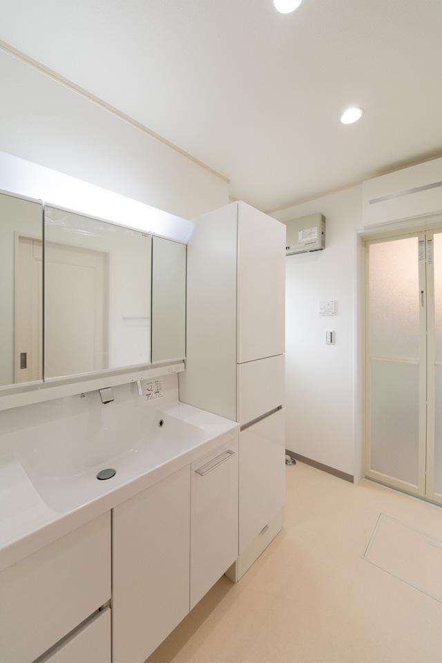 白を基調とした、清潔感のある1階サニタリールーム。