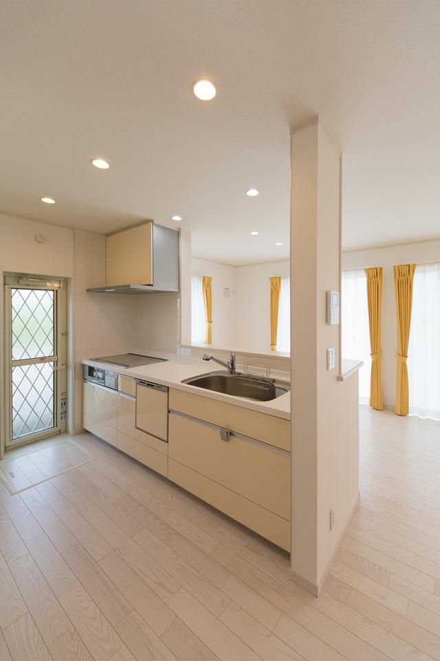 白を基調とした清潔感あるキッチン。ミストイエローのキッチン扉が爽やかな印象を演出。
