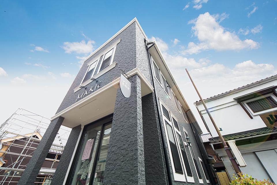 シックでモダンなデザインの美容室兼住宅。
