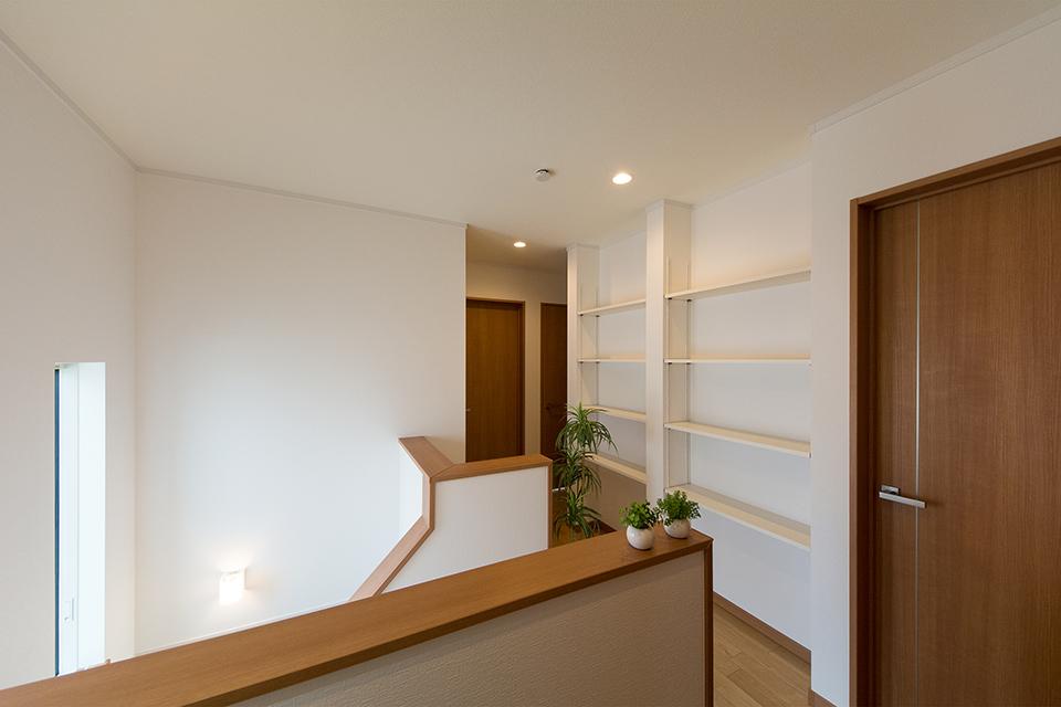 2階廊下の壁一面に設えた収納スペース。ディスプレイとしても利用できます。