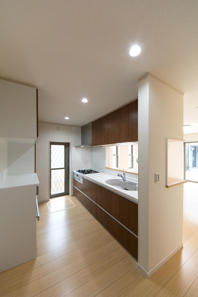 ブラウンのキッチン扉がナチュラルな雰囲気を演出。