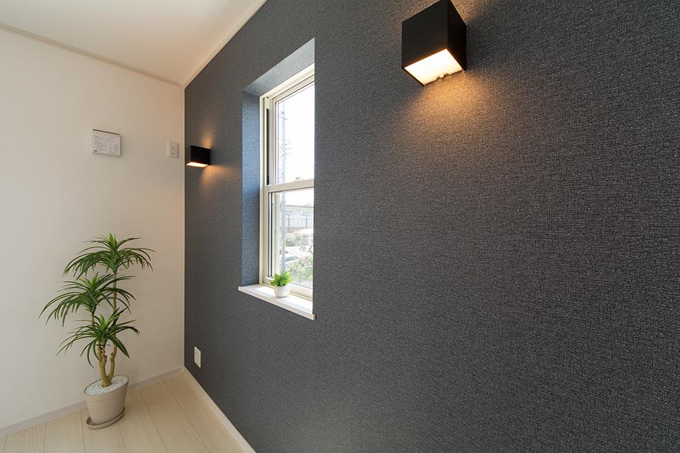 ポーチライトのやわらかい光が壁面を照らします。