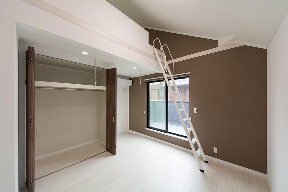 2階洋室。ブラウンのアクセントクロスがナチュラルな空間を演出。