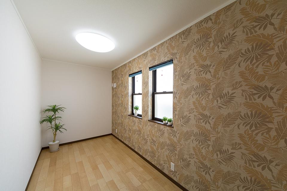 趣味の部屋として設えた納戸。花柄のテキスタイルデザインクロスが印象的。