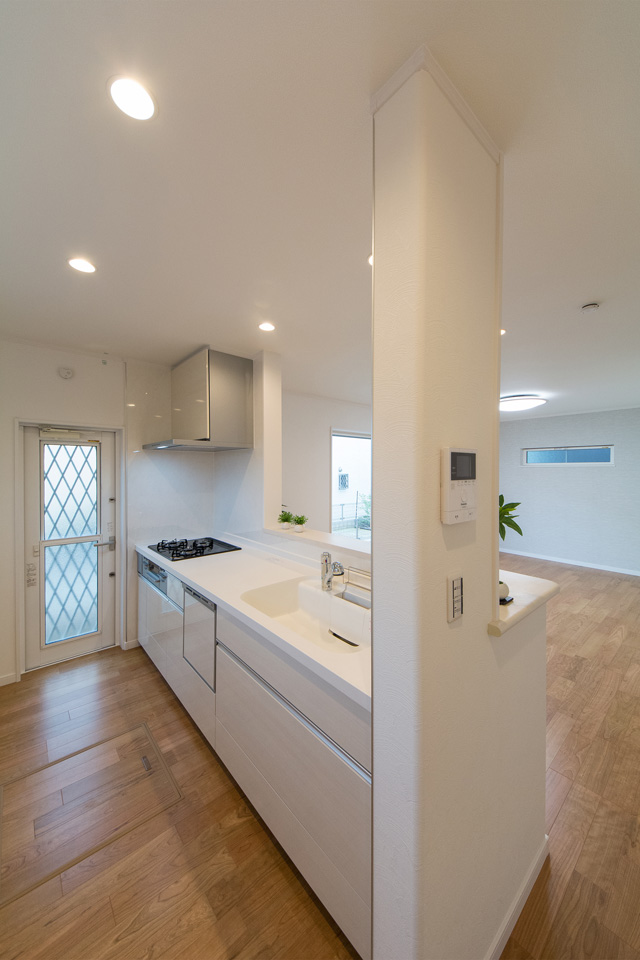 白を基調とした清潔感のあるキッチンスペース。天井までオープンで明るく開放的です。