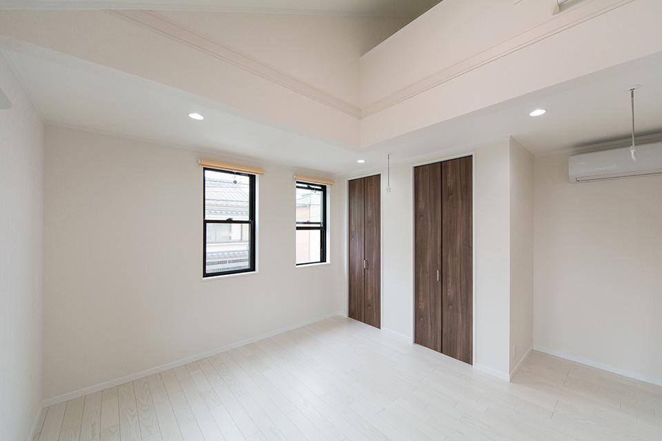 2階北側洋室。美しく繊細な木目のフローリング(ホワイトアッシュ)が窓から差し込む光を反射し、空間を優しく包み込みます。