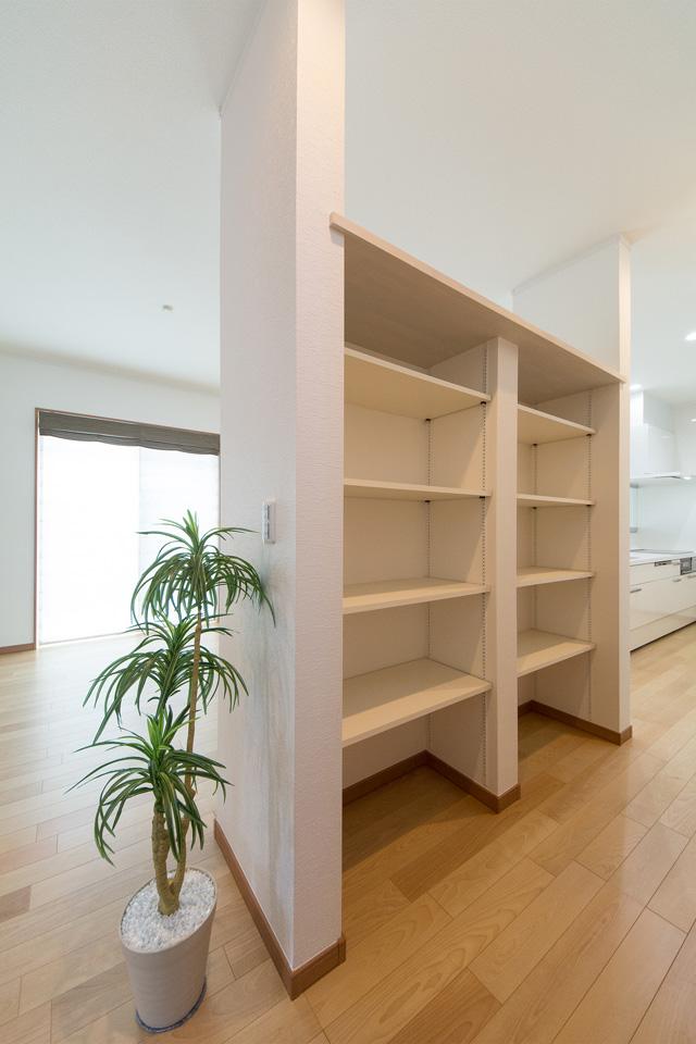キッチン横に設えたリビング収納スペース。