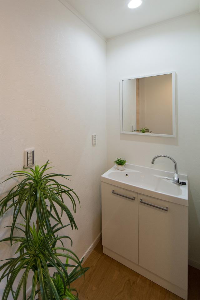 1階トイレ脇に設置した洗面スペース。