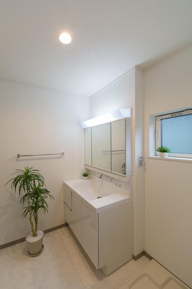 白を基調とした、清潔感のある2階サニタリールーム。