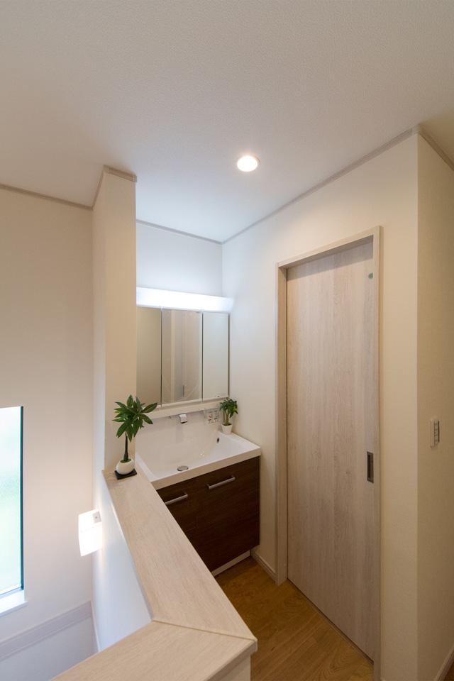 モカ色の洗面化粧台がナチュラルな雰囲気の空間を演出する2階洗面スペース。