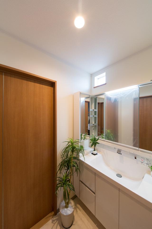 白を基調とした清潔感のある1階洗面化粧台。