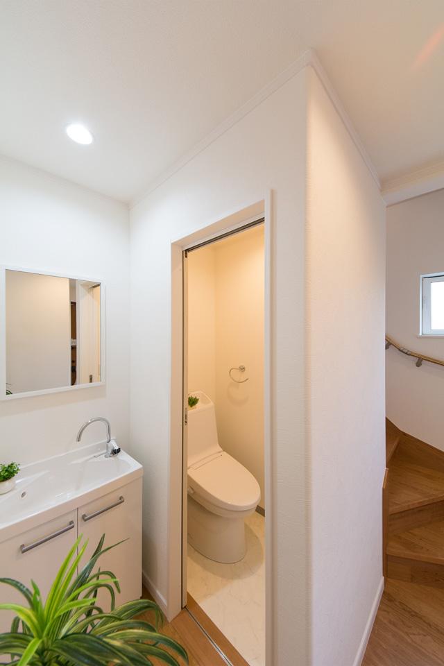 1階トイレと洗面スペース。