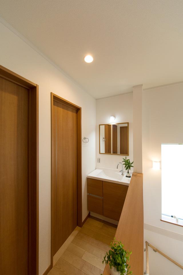 ブラウンの扉がナチュラルな印象を与える2階洗面化粧台。