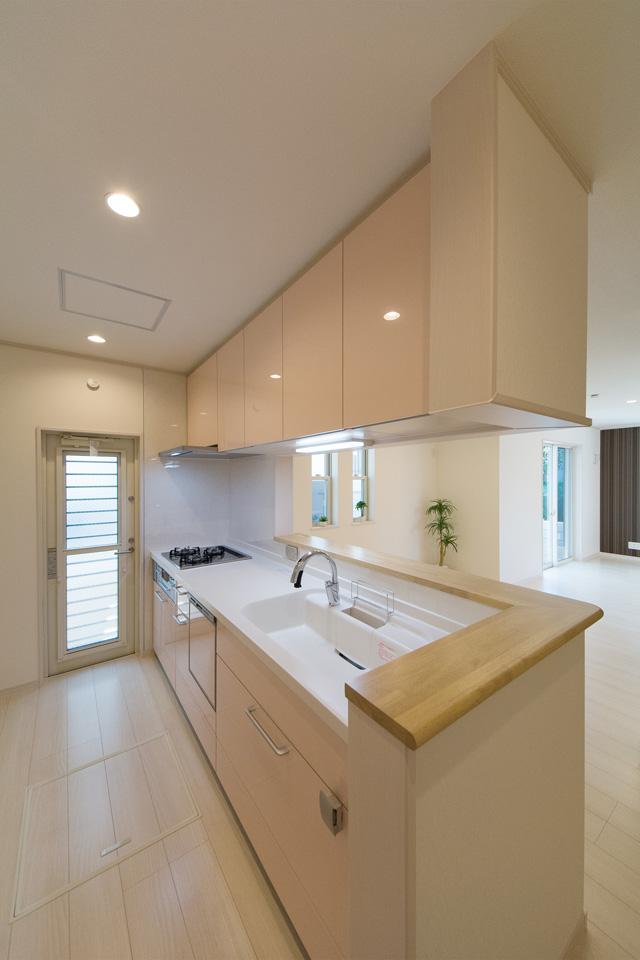 ライトピンクのキッチン扉が爽やかな印象を与えます。
