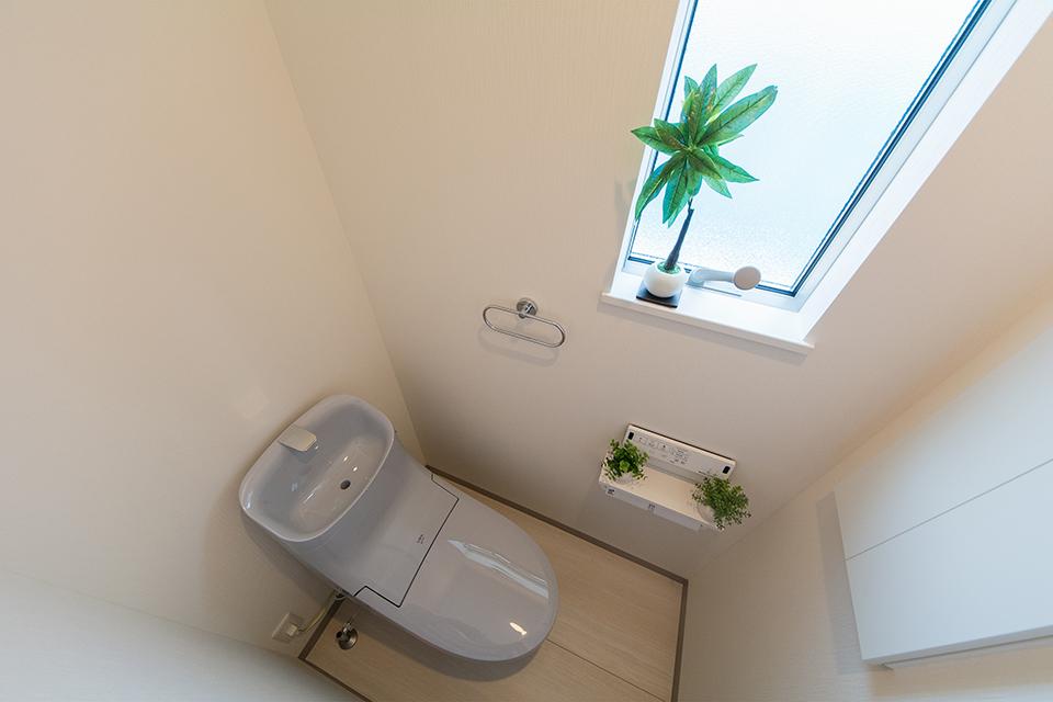 白を基調とした空間に、爽やかな印象を与えるブルーグレーのトイレを設えた2階トイレ。
