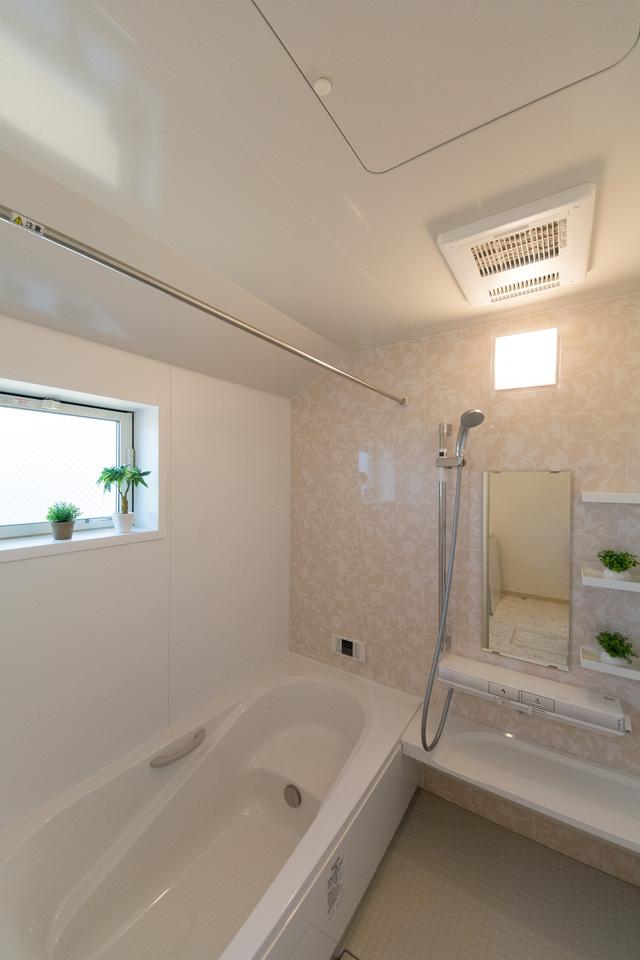 バスルーム。エレガントなモザイク柄アクセントパネルが爽やかな空間を演出。