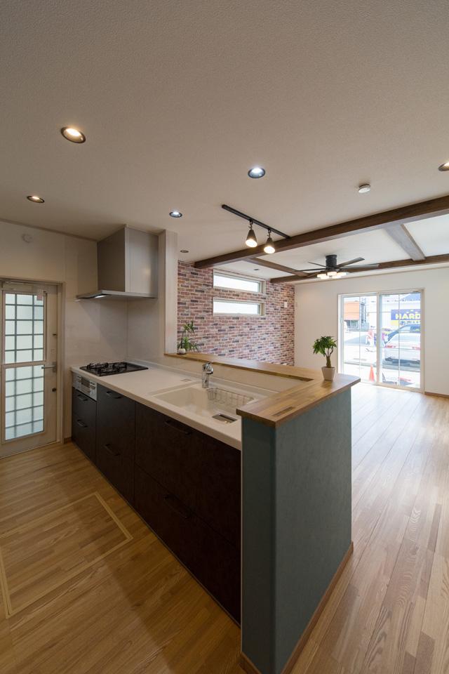 シックな配色でエレガントな雰囲気のキッチンスペース。