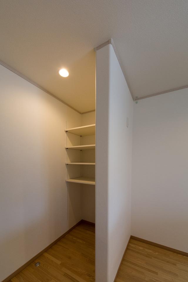 キッチン背面には収納に便利なパントリーを設置。