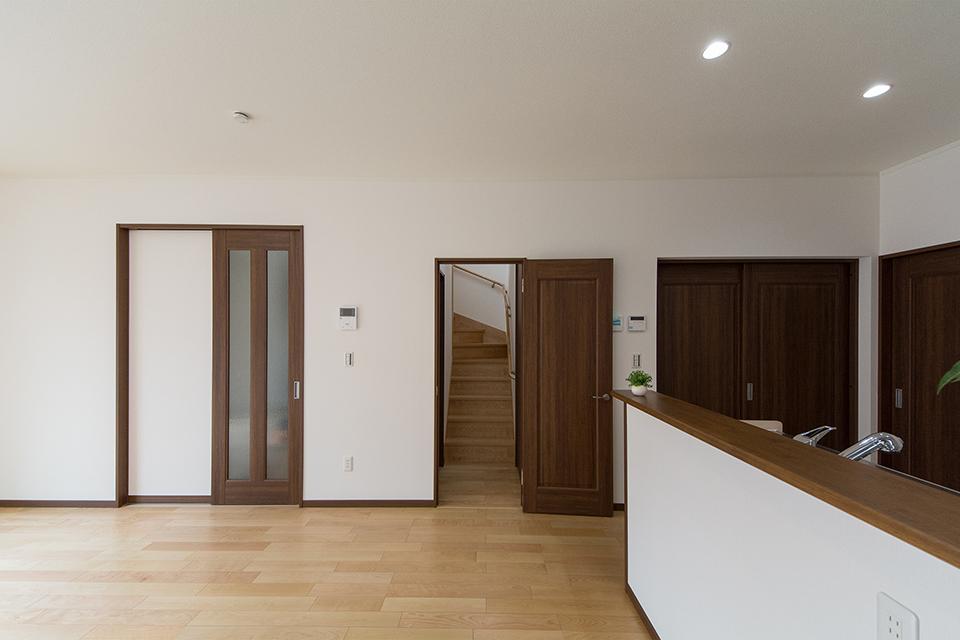 リビング側階段入口に扉を設置。冷暖房効率を良くするための工夫も。