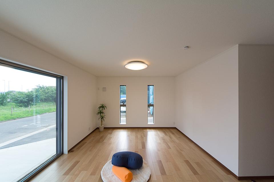 穏やかな木目と緻密な木肌が印象的なバーチのフローリング。ウォルナット調の建具と相まって、ナチュラルな空間を演出。